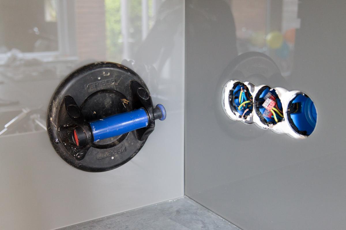 Glazen Achterwand Keuken Monteren : Montage hardglazen keukenachterwand met uitsparing voor stopcontact